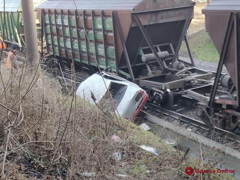 В Одессе пьяный водитель легковушки слетел с дороги и упал на рельсы