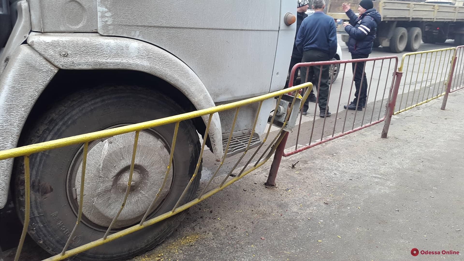 Возле одесского суда КамАЗ въехал в турникет