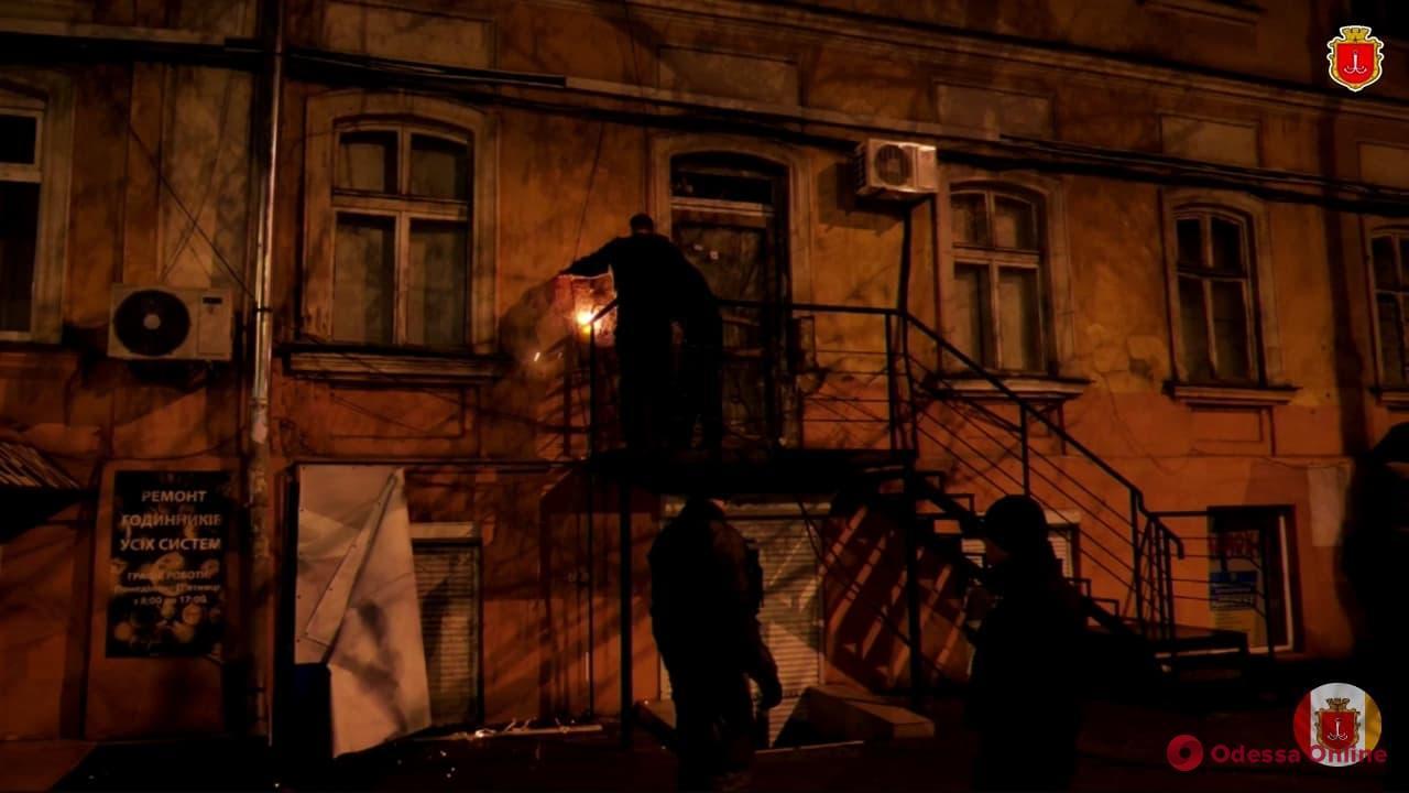 Владельцы квартиры изуродовали фасад дома в исторической части Одессы
