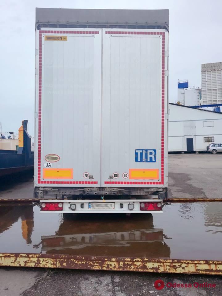 В Черноморске пограничники обнаружили угнанный в Литве грузовой прицеп