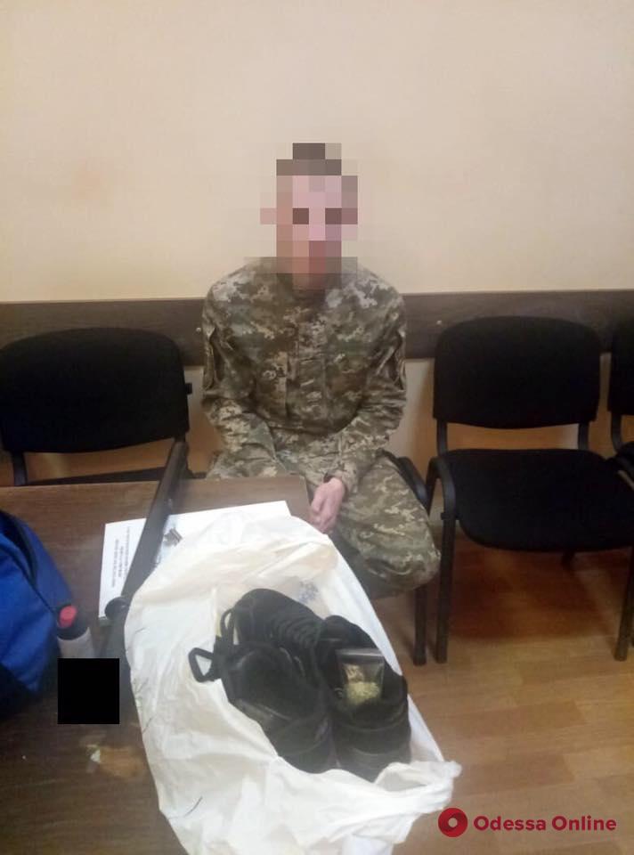 В одесском СИЗО инспектор пытался пронести наркотики в кроссовках