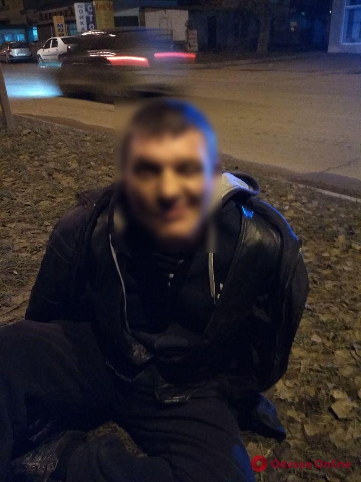 На поселке Котовского пьяный неадекват бросался на женщину с ножом