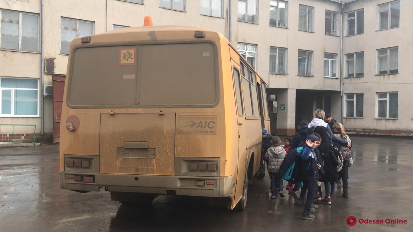 Из-за плохих дорог школьники из двух сел Одесской области регулярно пропускают занятия