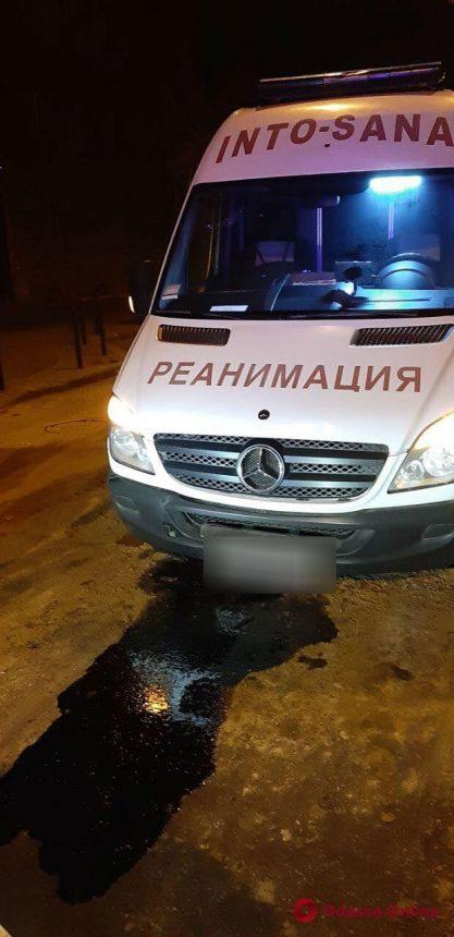 В центре Одессы карета скорой помощи заехала в яму