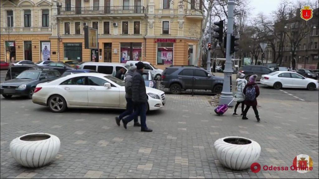 В центре Одессы автохамы паркуются на тротуаре возле школы (видео, обновлено)