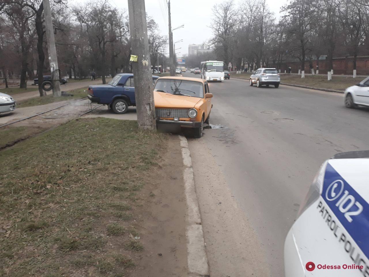 «Подрезали»: на Слободке «ВАЗ» врезался в столб — пострадала пассажирка