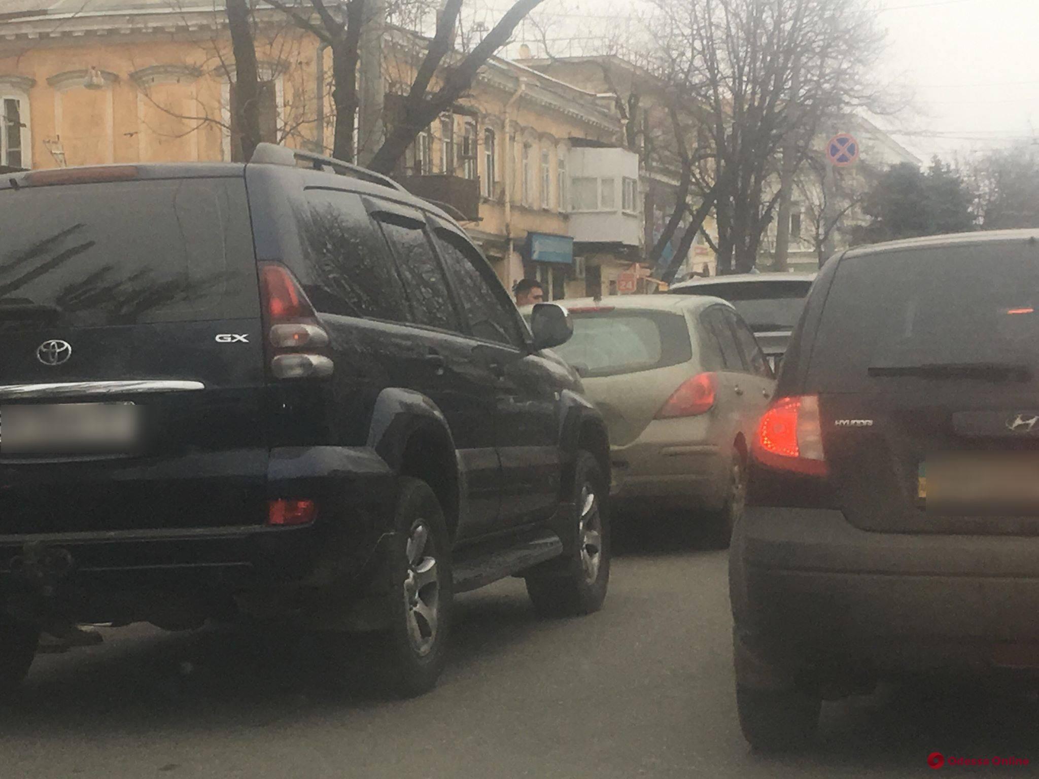В центре Одессы три авто встали в «паровозик»