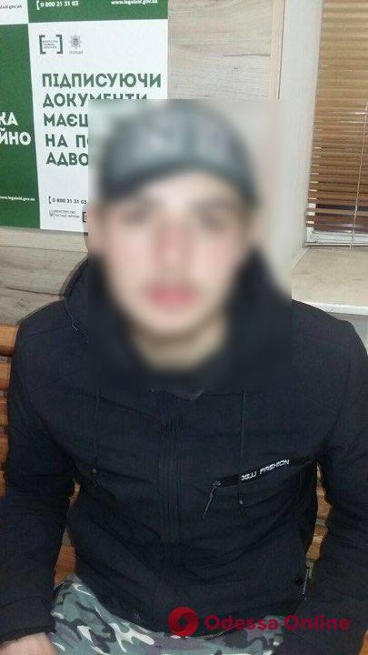 Брызнул из баллончика и вырвал сумку: в центре Одессы грабитель напал на женщину