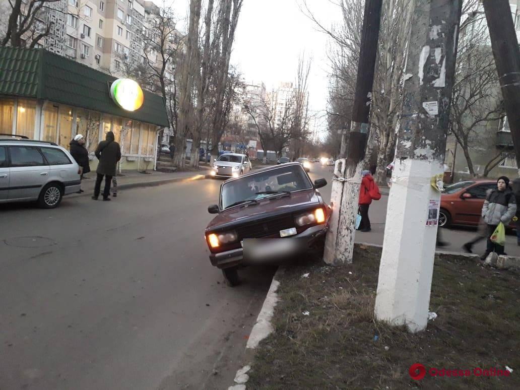 На поселке Котовского легковушка врезалась в столб
