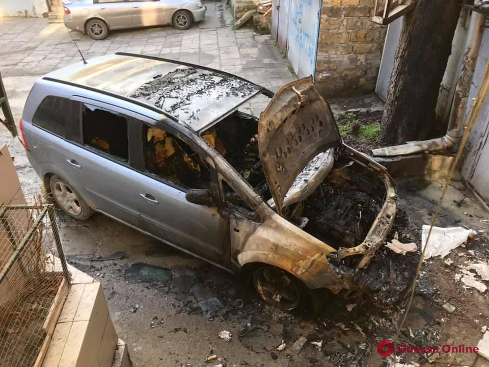 Полиция расследует обстоятельства поджога автомобиля одесского историка