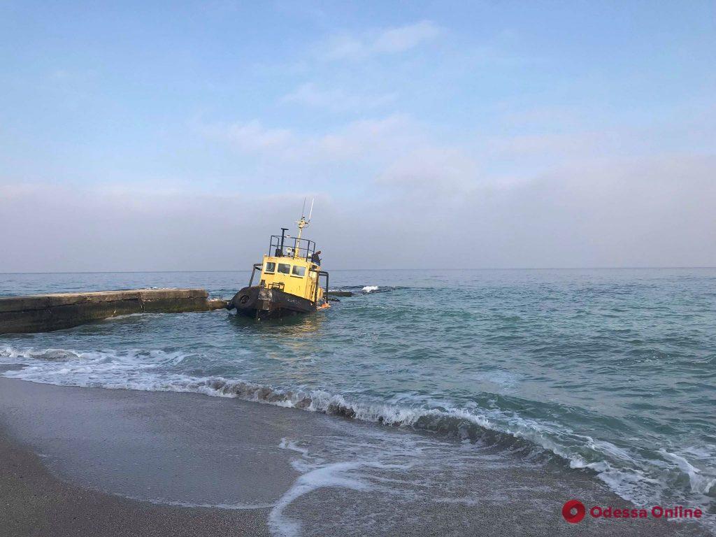 Севший на мель буксир «Параллель» хотят перегнать в Одесский порт