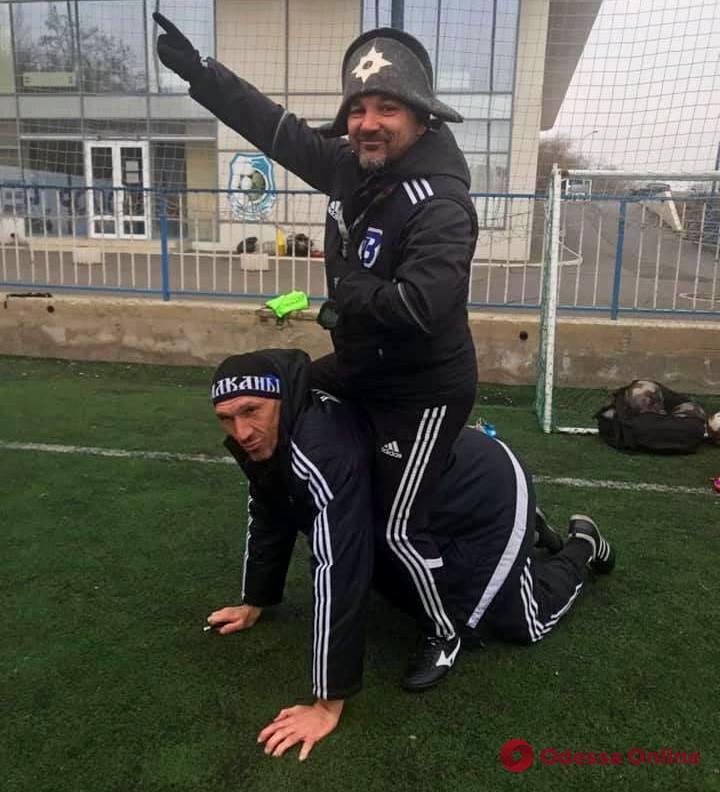 Тренер «Балкан» в образе Наполеона прокатился по футбольному полю на легендарном вратаре