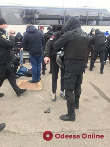 Под Одессой остановили автобусы с вооруженными людьми (фото, видео)