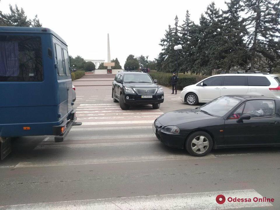 В Черноморске автомобиль из кортежа кандидата в президенты припарковали на пешеходном переходе