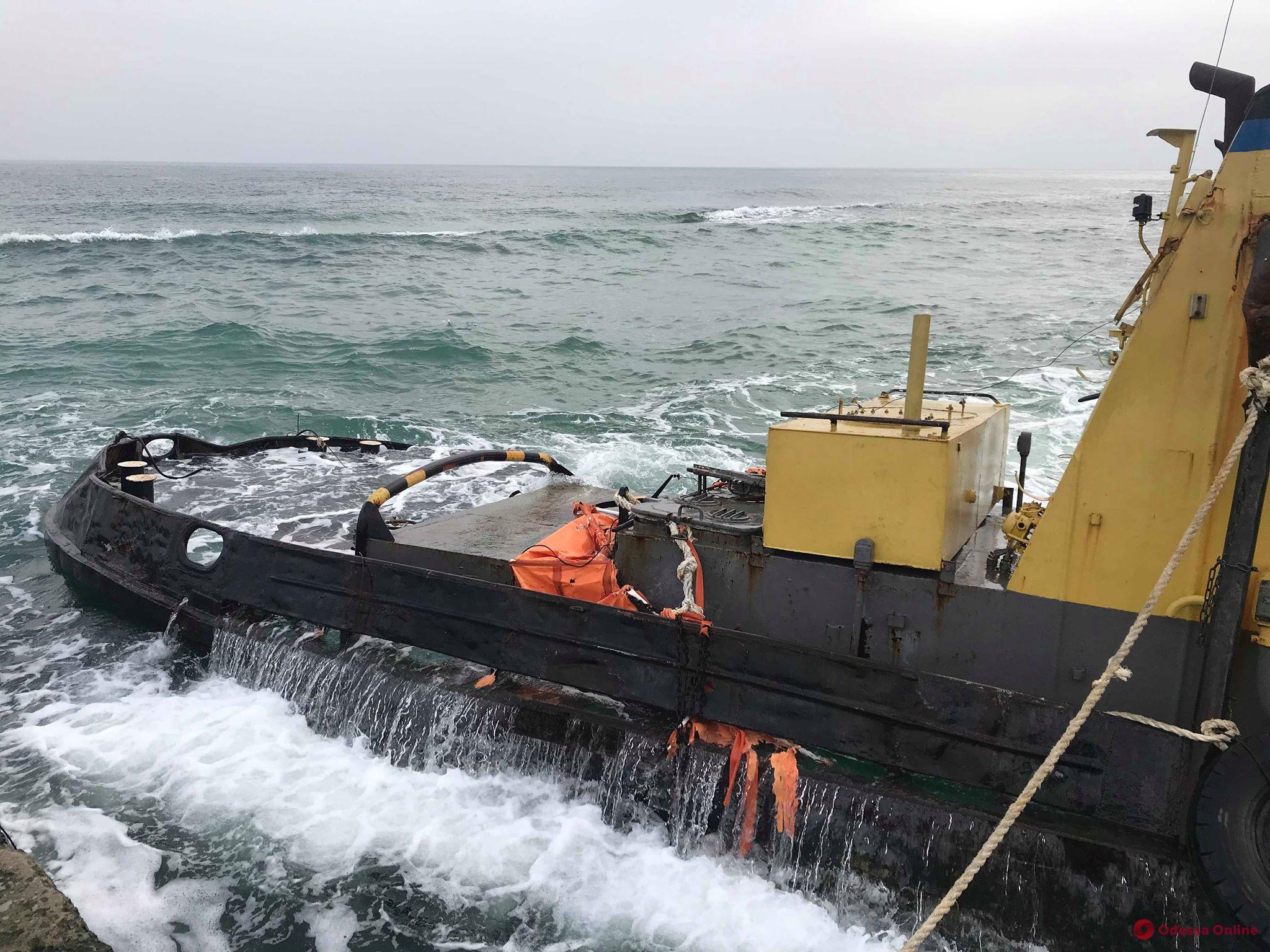Одесса: севший на мель буксир «Параллель» уберут с пляжа до конца марта