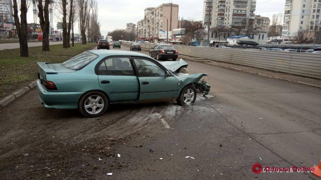 На поселке Котовского легковушка врезалась в дерево – водитель в больнице