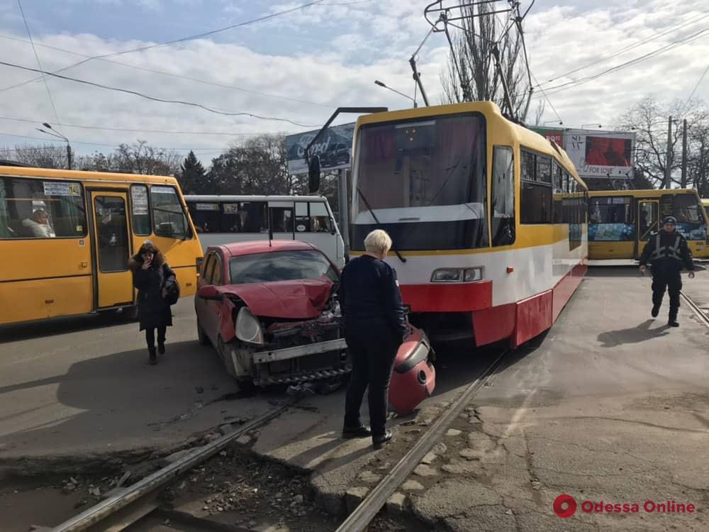 В Одессе столкнулись трамвай и Nissan