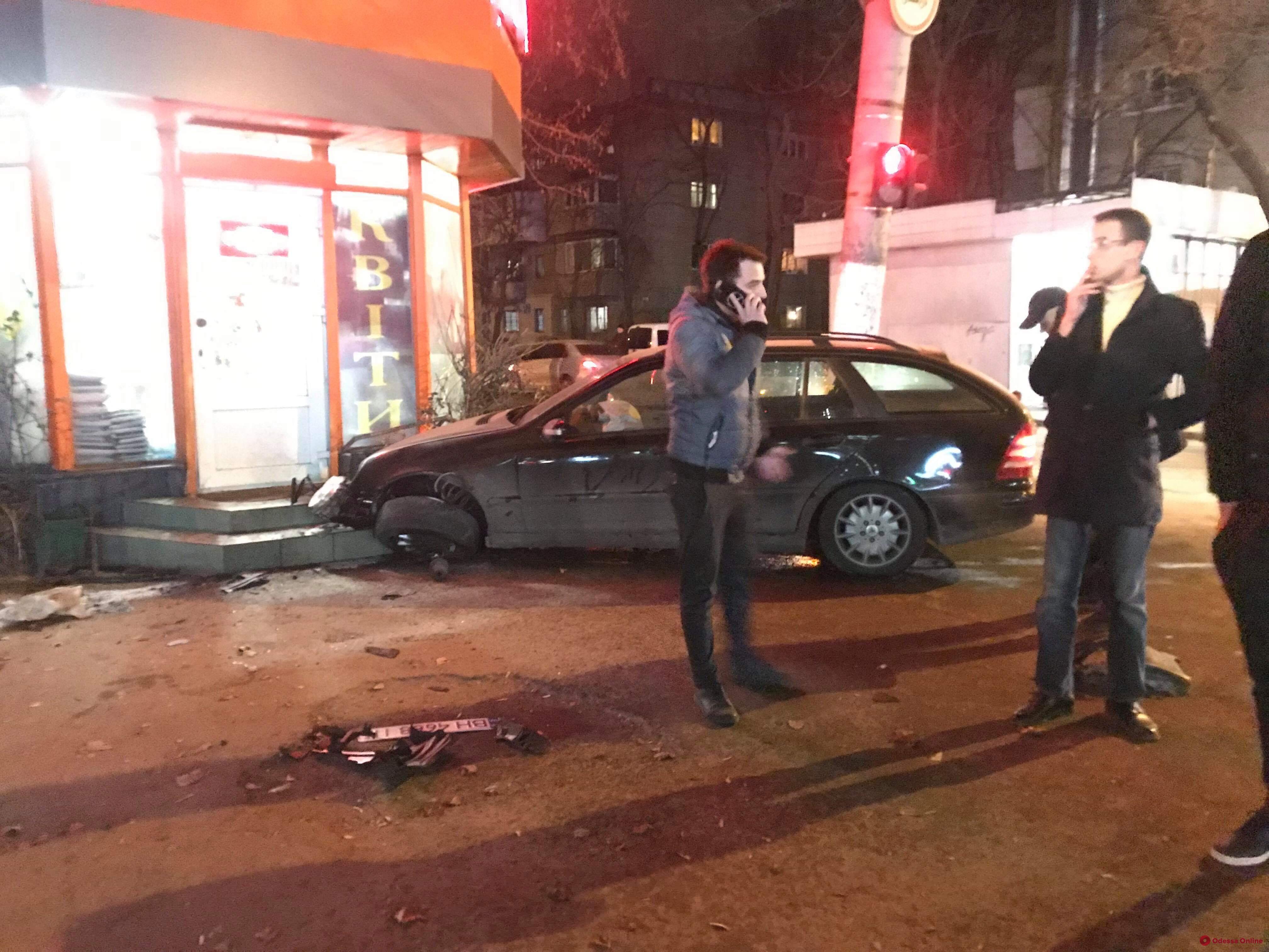 Автомобиль въехал в цветочный павильон в Одессе