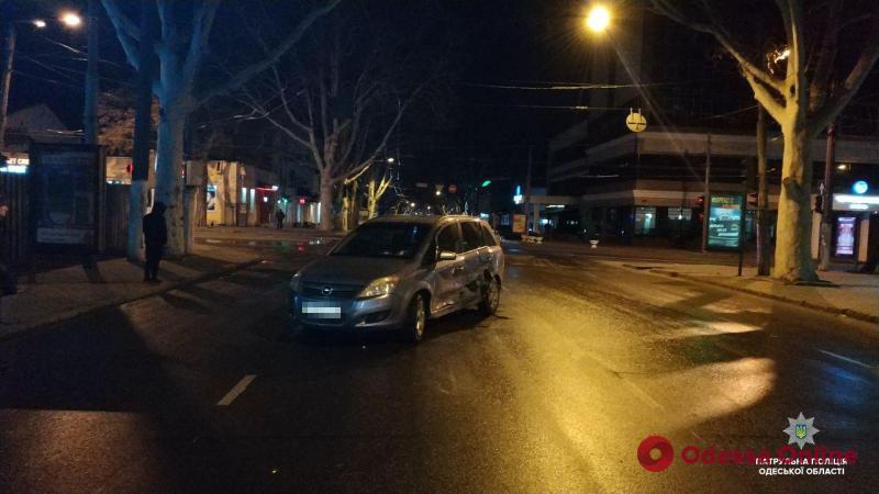 В центре Одессы не разминулись два «Опеля»: есть пострадавшая
