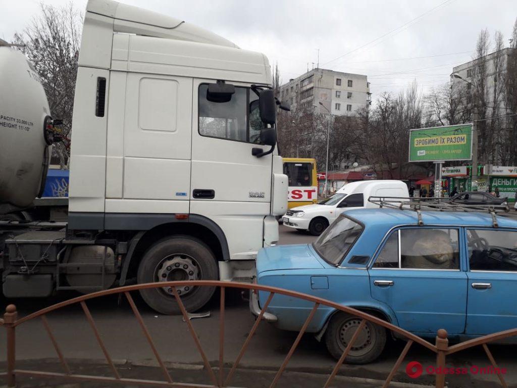 На поселке Котовского автоцистерна «догнала» легковушку