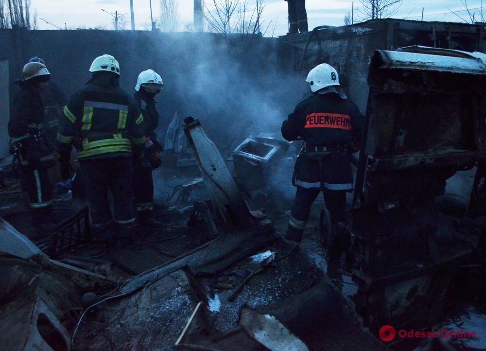 Горел склад с резиной: спасатели потушили пожар на Водопроводной