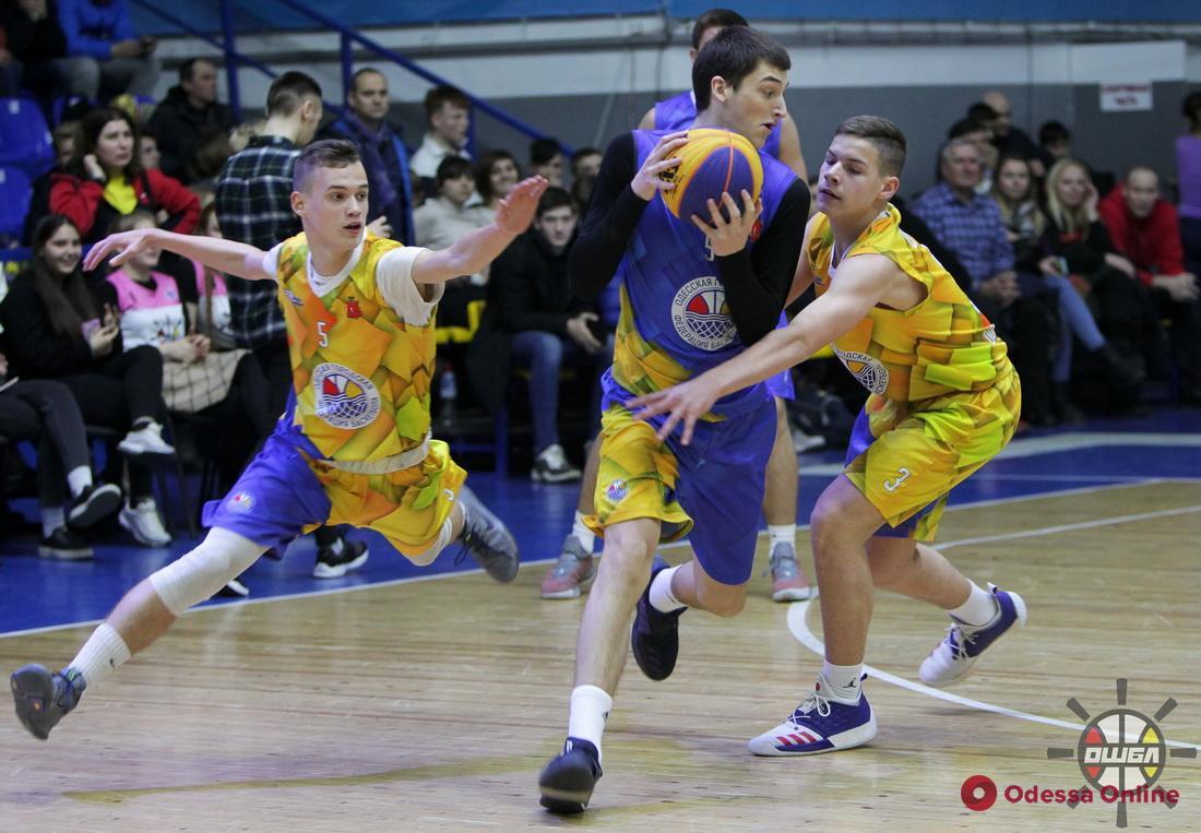 В Одессе состоялся баскетбольный матч, в котором очки набирали даже судьи и болельщики