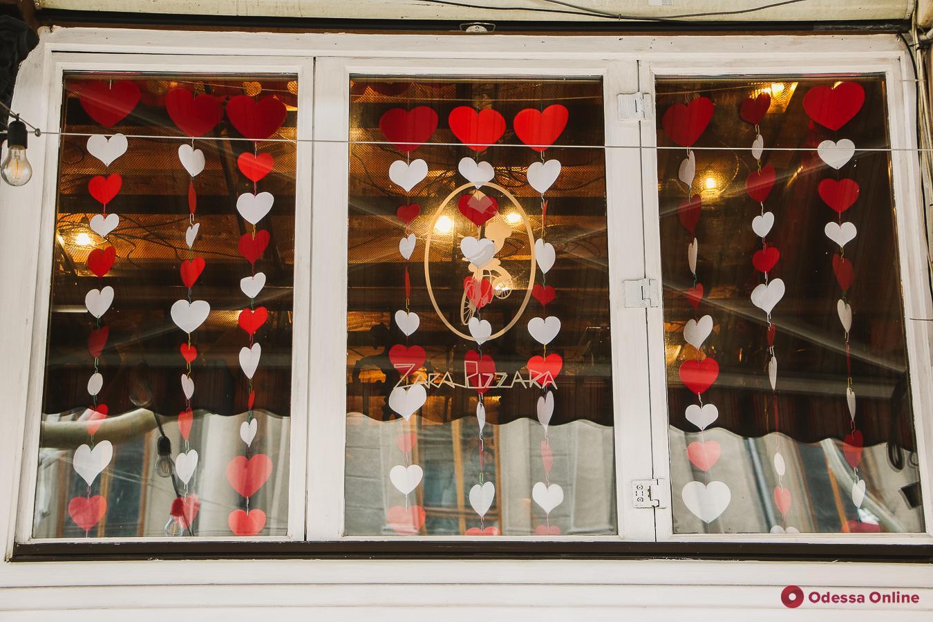 Одесские витрины украсили к одному из самых коммерческих праздников в мире (фоторепортаж)