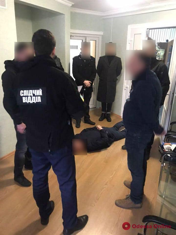 Одесский таможенник требовал взятку за растаможку «евроблях»