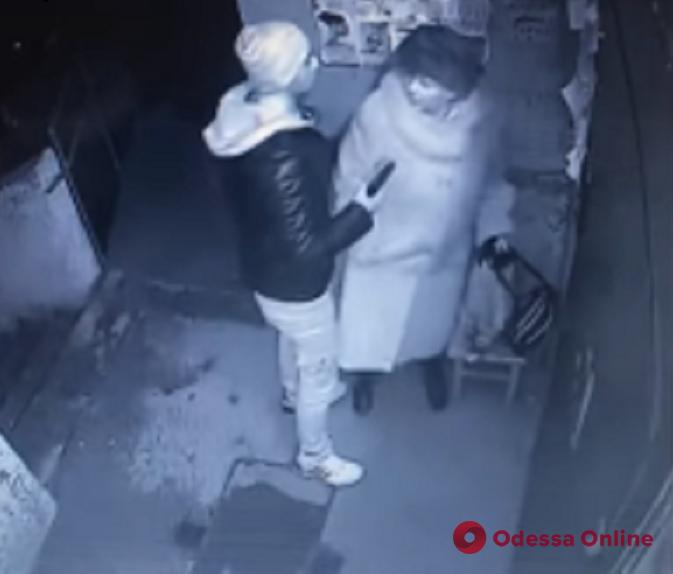 Угрожал пенсионерке пистолетом: одесский суд арестовал грабителя