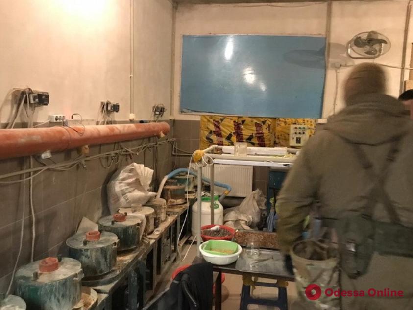 В Одесской области накрыли подпольное предприятие по обработке янтаря (фото, видео)