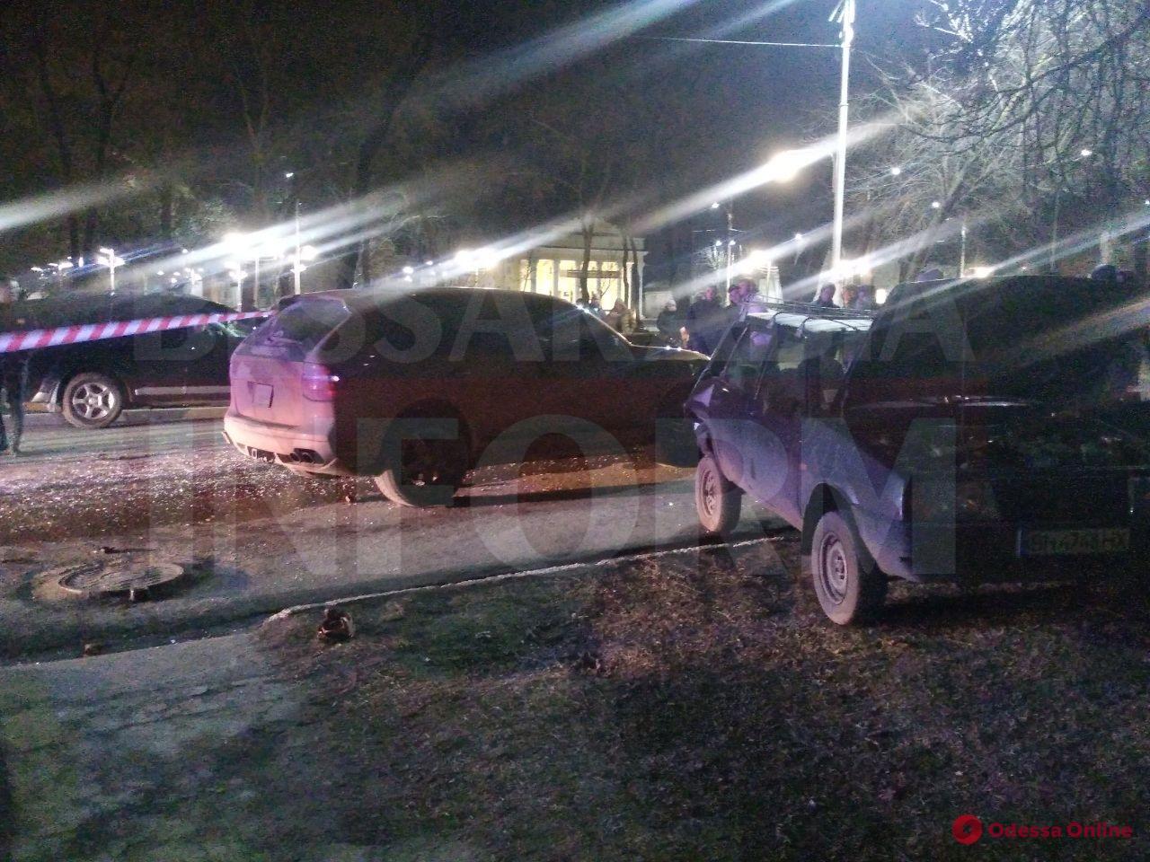 Одесская область: водитель Porsche Cayenne скрывался от патрульных и спровоцировал тройное ДТП (видео)