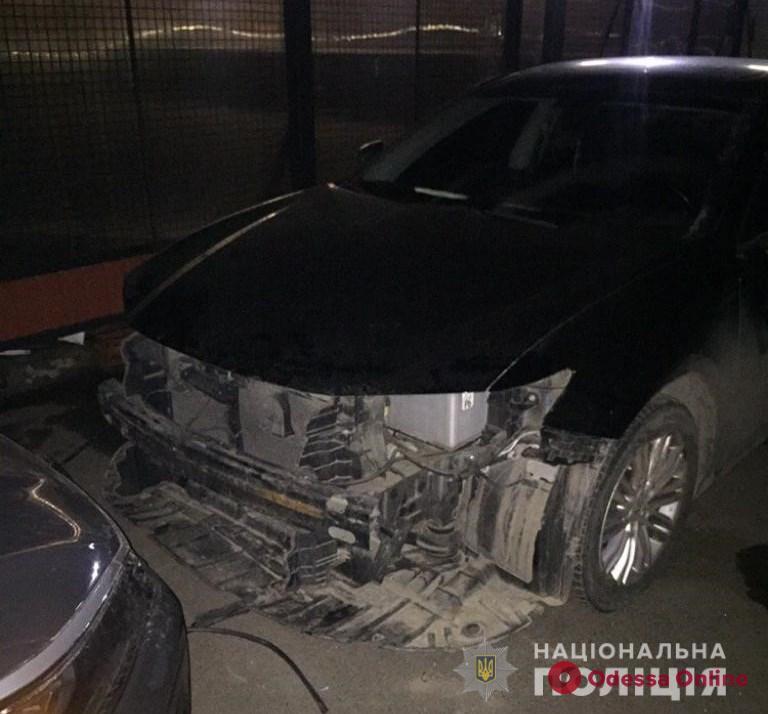 Разбирали элитное авто: в Одессе задержали двух иностранцев
