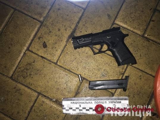Вооруженный разбойник напал на двух одесситок (видео)