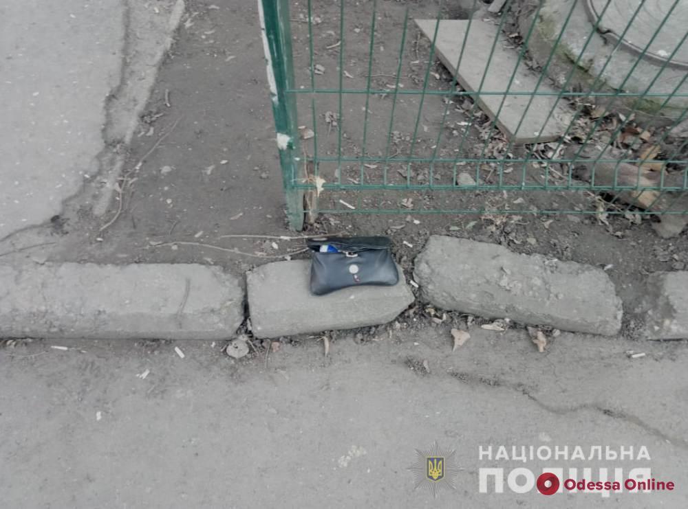 Избили и забрали сумку: в Одессе безработная парочка ограбила 80-летнюю женщину