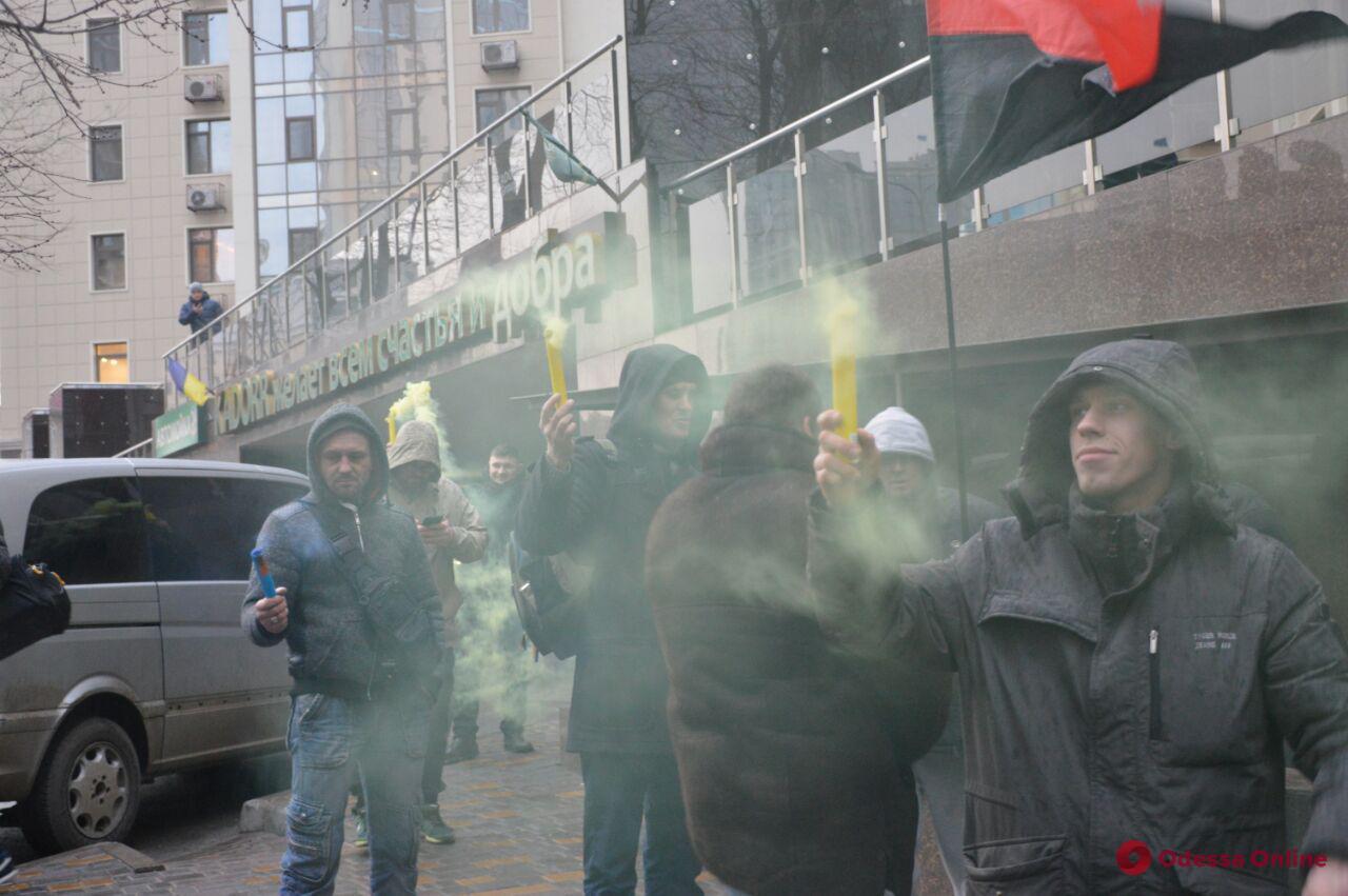 Одесские активисты «украсили» консульство РФ мусорными пакетами и презервативами