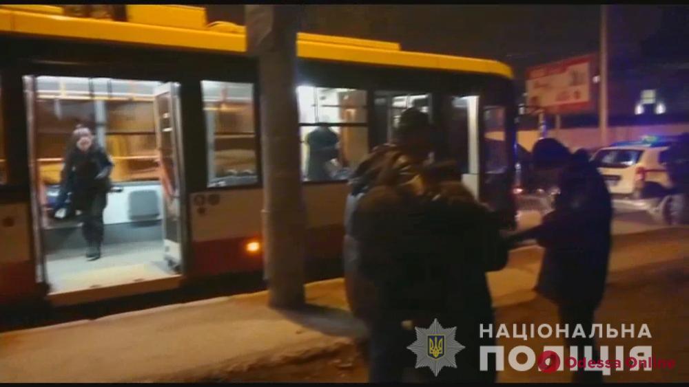 Стал жертвой чужого конфликта: в одесском троллейбусе произошла поножовщина