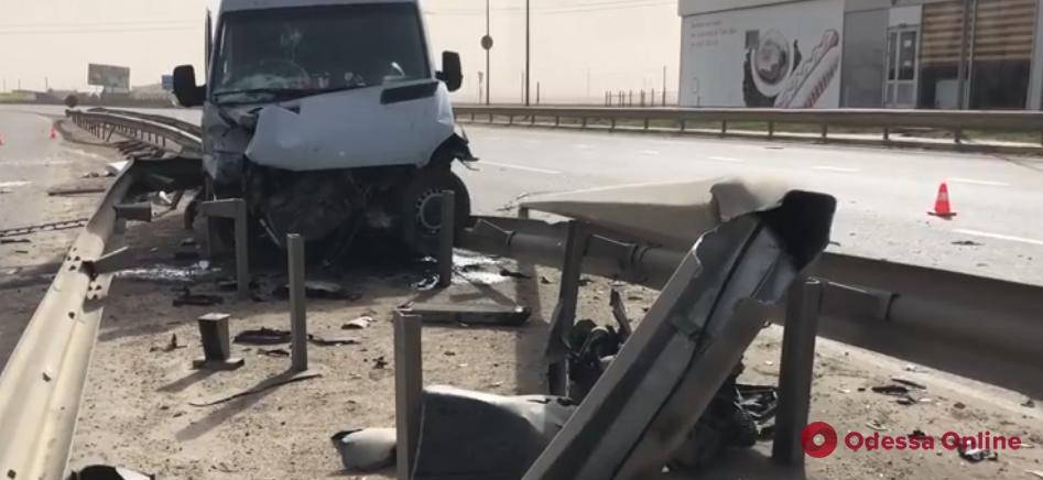 На Объездной дороге микроавтобус врезался в отбойник
