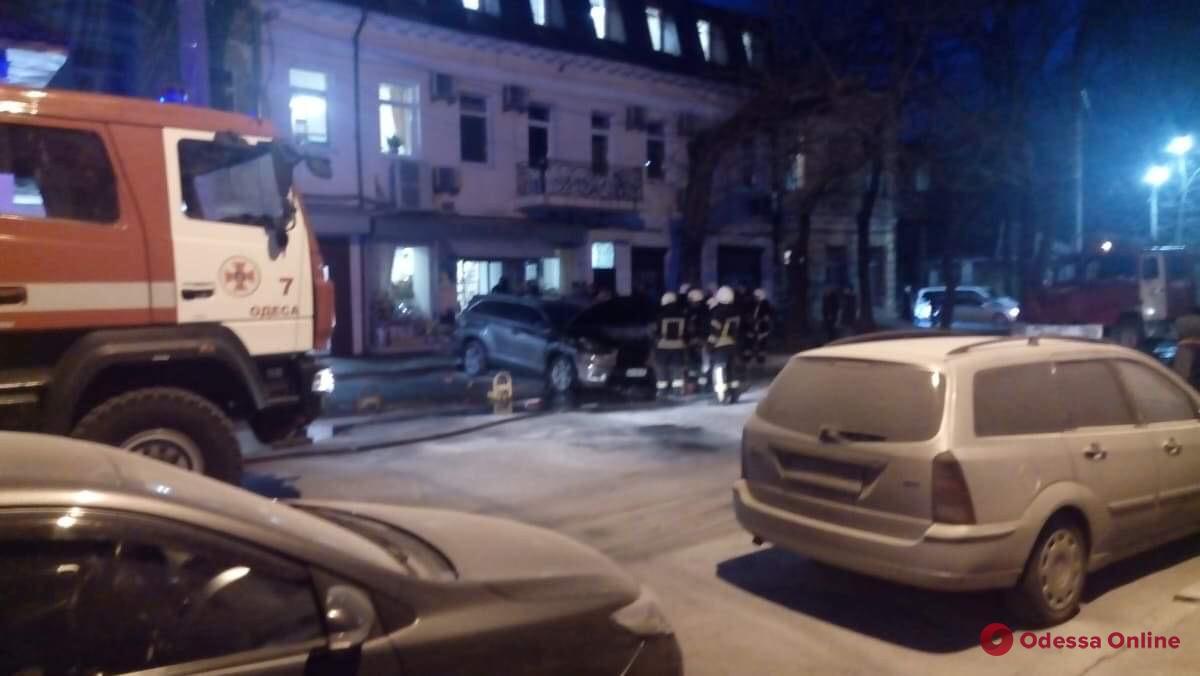 В центре Одессы горел внедорожник