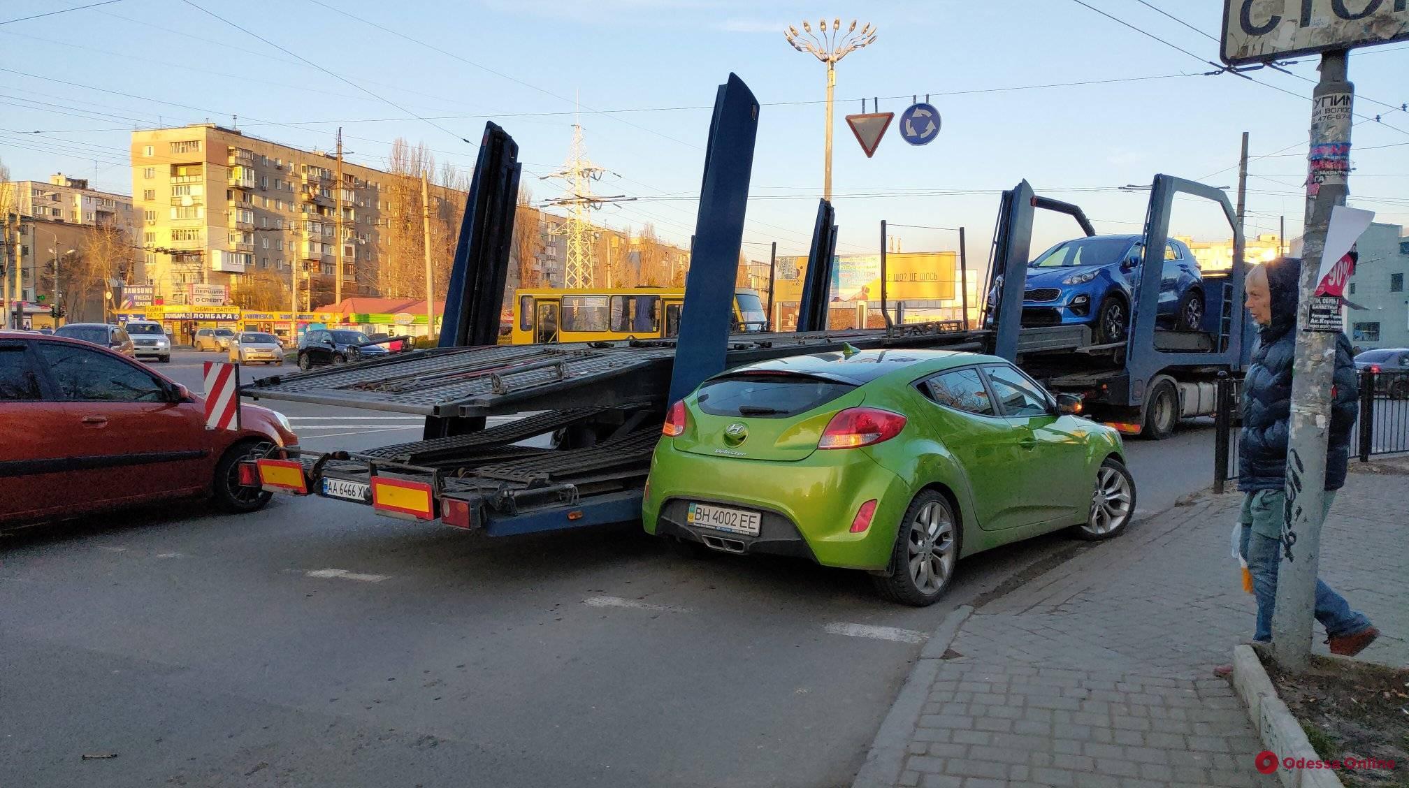 На Таирова не разминулись легковушка и автовоз