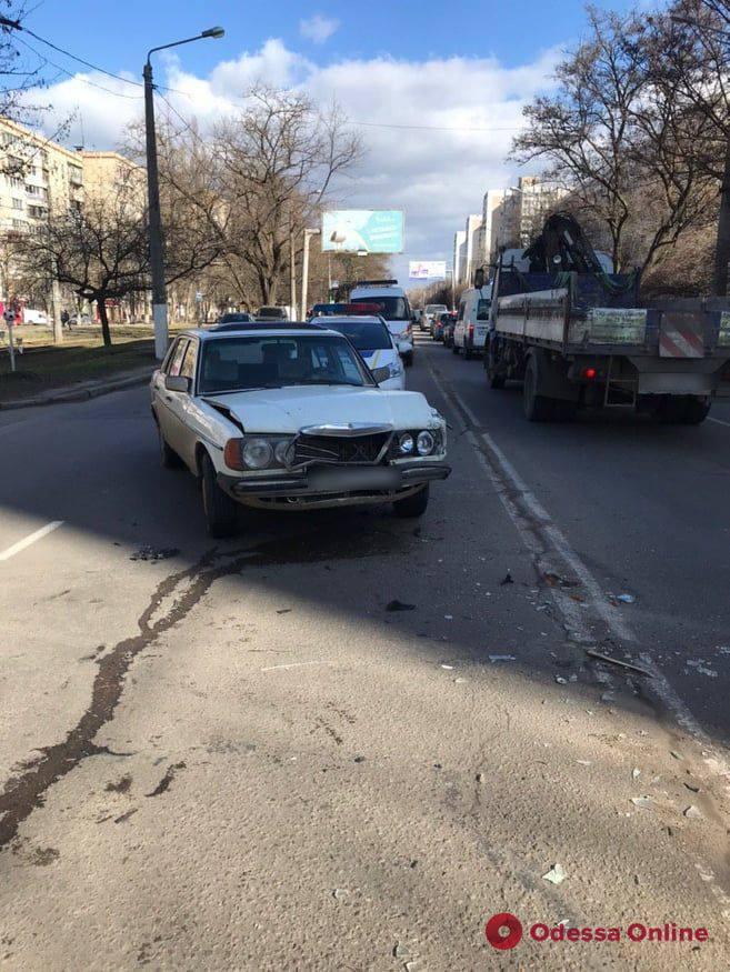 На поселке Котовского автоледи после ДТП въехала в палисадник