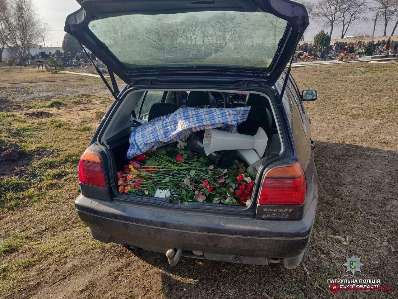 В Одессе на кладбище поймали цветочных воров