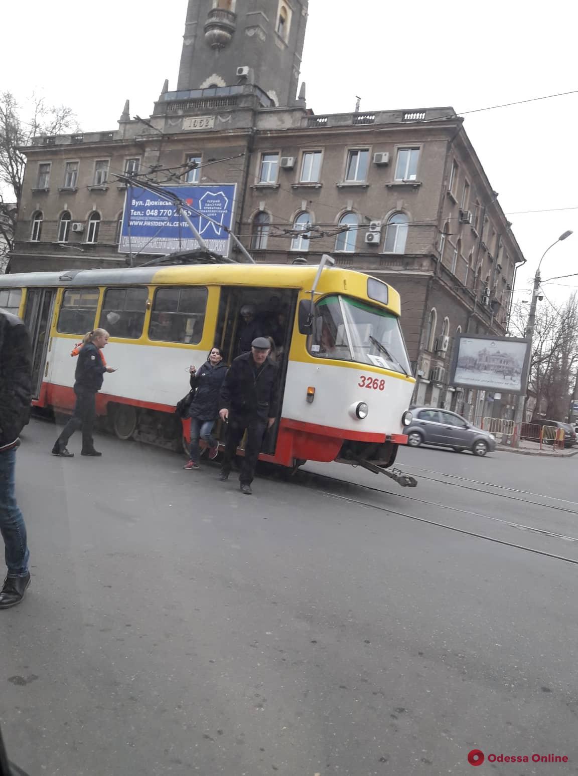 На Пантелеймоновской трамвай обломал «рога»