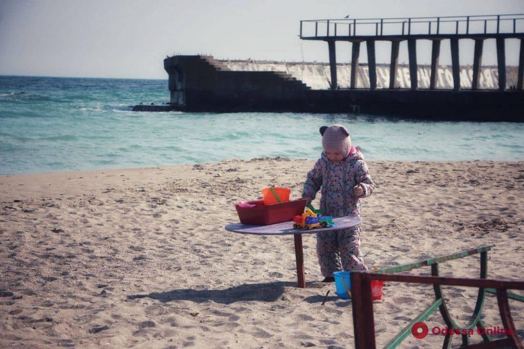 Теплый март так и манит одесситов к морю (фоторепортаж)