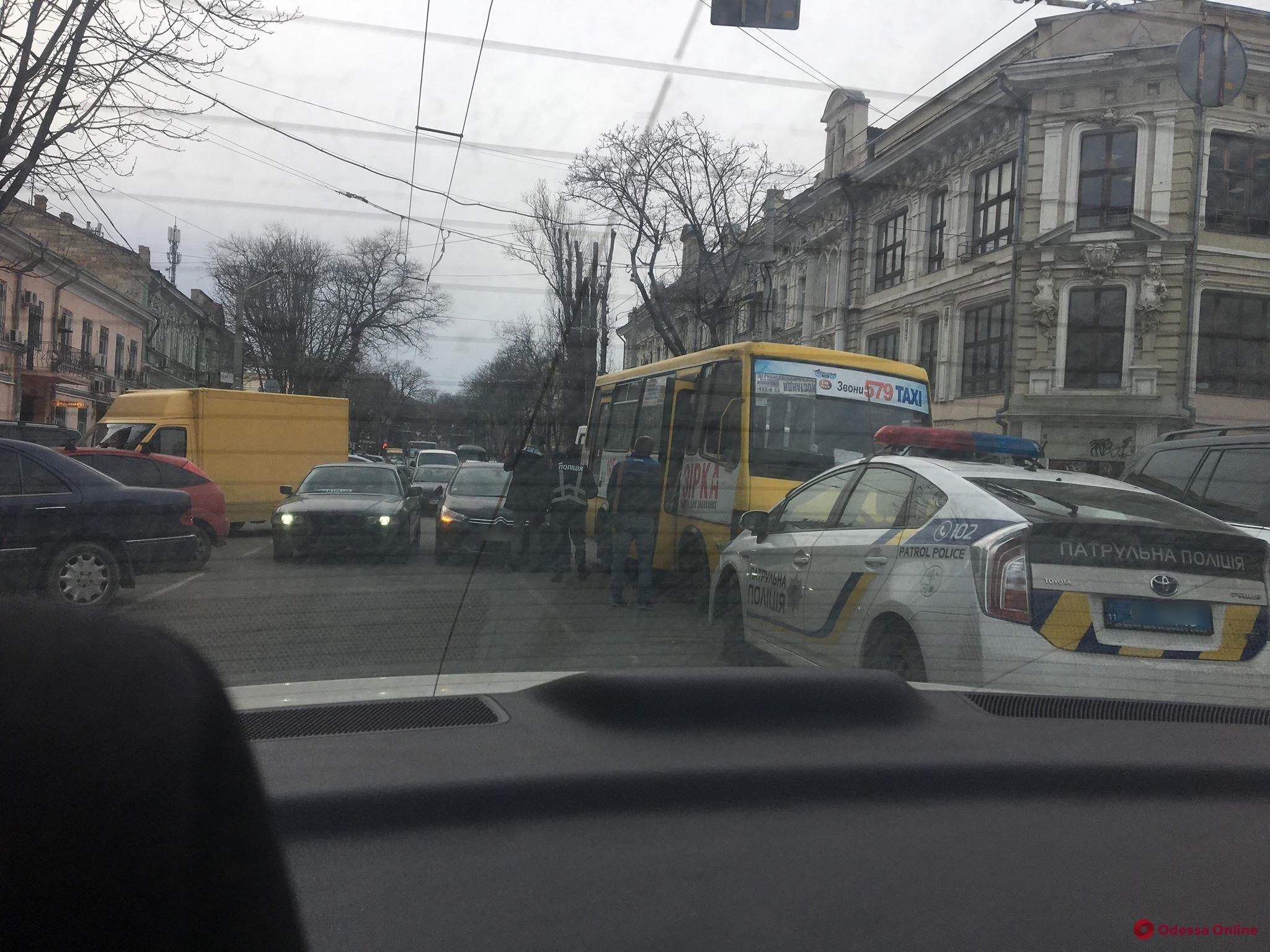В центре Одессы столкнулись Citroen и маршрутка
