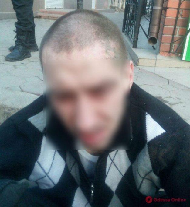 Одесса: полицейским пришлось гоняться за вором по крышам торговых павильонов