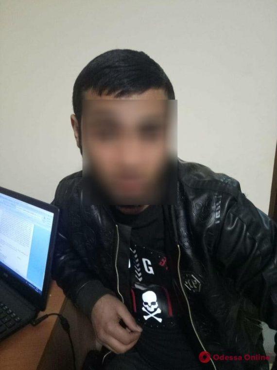 Житель Нерубайского отобрал у мужчины деньги и телефон