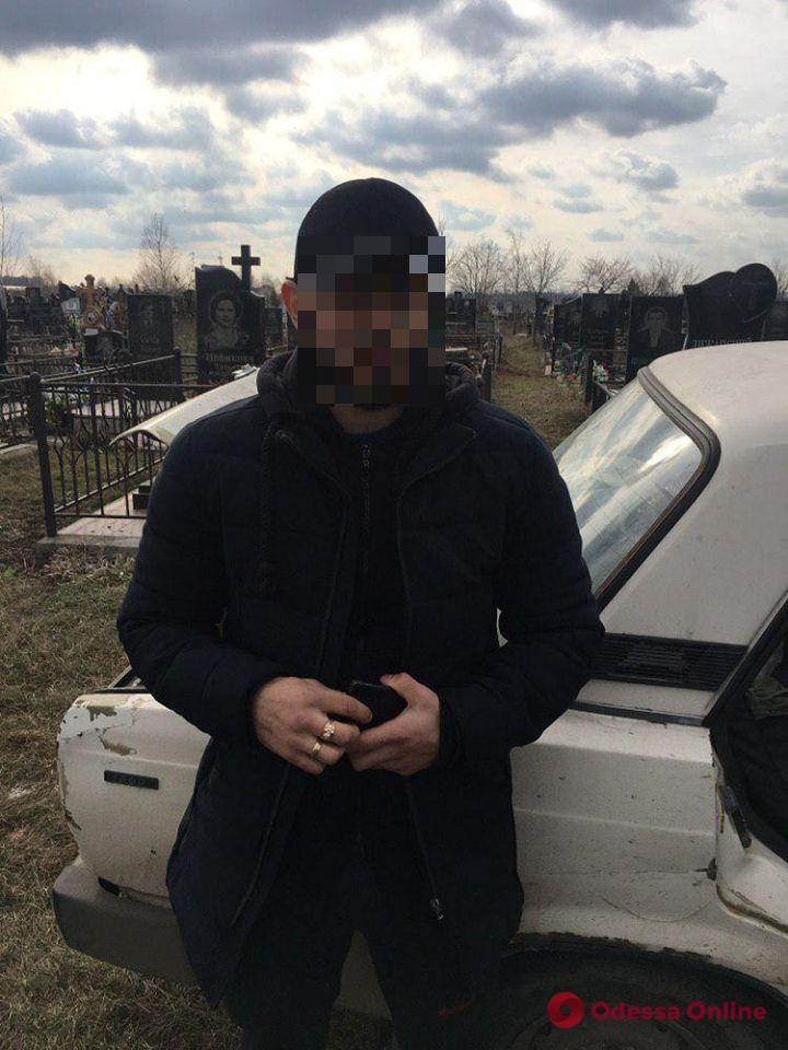 На одесском кладбище дебоширы развлекались, стреляя по могилам
