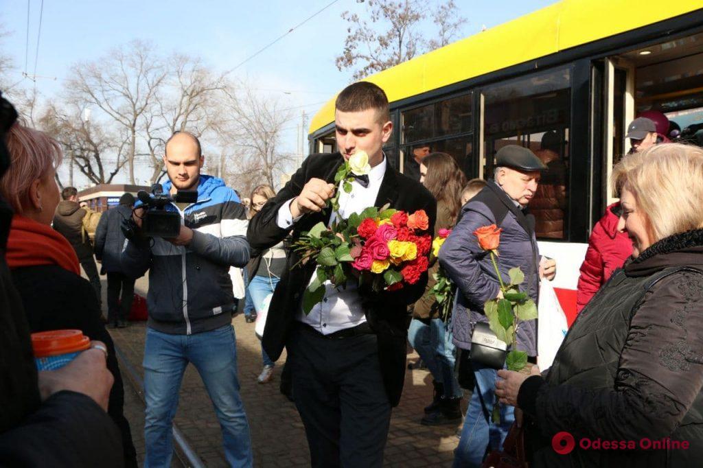 В одесском трамвае женщинам дарили цветы
