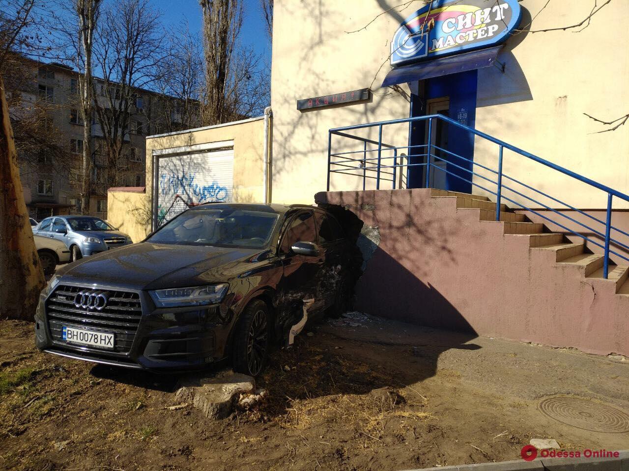 В Одессе легковушка протаранила лестницу дома