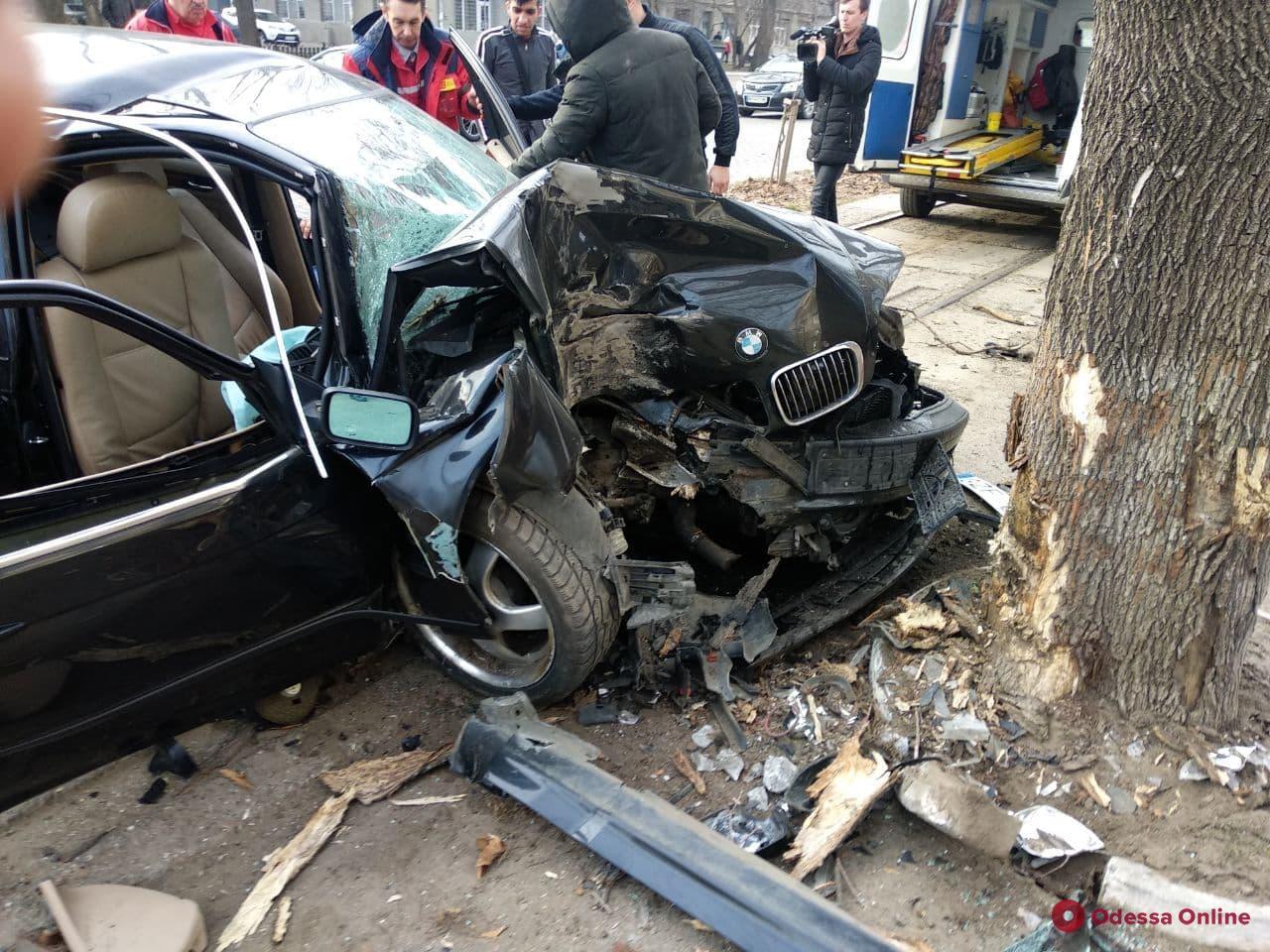 На Французском бульваре BMW врезался в дерево — есть пострадавшие